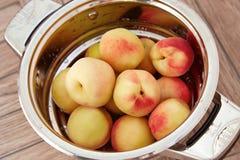 有机自然果子桃子水多的可口夏天 免版税图库摄影