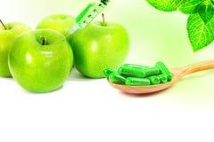 有机草本绿色医学胶囊 免版税库存照片