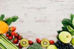 有机草莓、蔬菜和水果 免版税库存照片