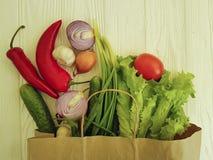 有机菜购物的生气勃勃供应市场制表健康 库存照片