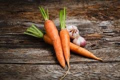 有机菜-红萝卜,大蒜。食物背景 免版税库存照片