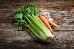 有机菜-芹菜,红萝卜,大蒜 免版税库存图片