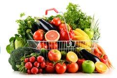 有机蔬菜和水果在手提篮在白色 免版税库存图片