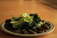 有机被烘烤的甜菜根,未加工的菠菜,未加工的莴苣沙拉 免版税库存图片
