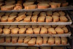 有机被烘烤的饼干机架在一个工业烤箱的 库存图片
