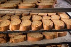 有机被烘烤的饼干机架在一个工业烤箱的 免版税库存图片