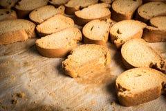 有机被烘烤的饼干机架在一个工业烤箱的 免版税图库摄影