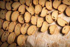 有机被烘烤的饼干机架在一个工业烤箱的 免版税库存照片