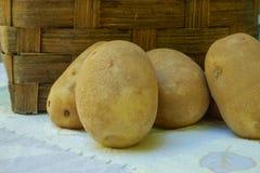 有机赤褐色土豆在一个地方农厂市场上在a前面坐 库存图片