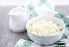 有机酸性稀奶油和酸奶干酪在一个白色陶瓷碗在厨房用桌上 乳制品健康早餐 库存图片