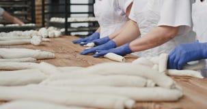 有机面包处理在一家准备好的面团的大面包店工厂细节的准备是煮熟的面包师 股票录像