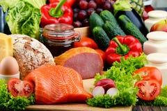 有机食品包括菜、果子、面包、牛奶店和肉 免版税库存照片