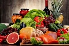 有机食品包括菜果子面包牛奶店和肉 免版税图库摄影