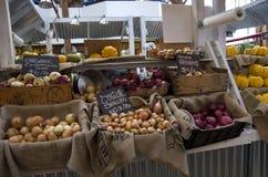 有机食品在公开市场上在格兰维尔海岛 免版税库存照片