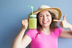 有机食品 喝新鲜的未加工的绿色戒毒所蔬菜汁的健康吃的妇女 健康生活方式,素食膳食 库存图片
