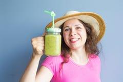 有机食品 喝新鲜的未加工的绿色戒毒所蔬菜汁的健康吃的妇女 健康生活方式,素食膳食 免版税库存照片