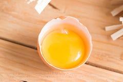有机鸡蛋和残破的鸡蛋在木头 新鲜的鸡蛋 免版税库存照片