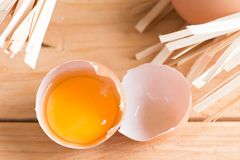 有机鸡蛋和残破的鸡蛋在木头 新鲜的鸡蛋 库存图片