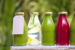 有机经冷压制作过的未加工的蔬菜汁 免版税库存照片