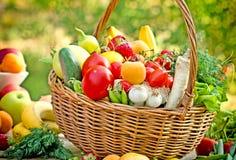 有机水果和蔬菜在柳条筐 免版税库存照片
