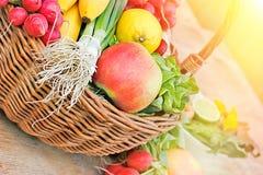有机水果和蔬菜在桌上 免版税库存照片