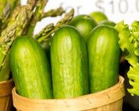 有机黄瓜和芦笋在篮子 免版税库存图片