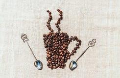 有机coffe 咖啡粒和亚麻制桌布 库存图片