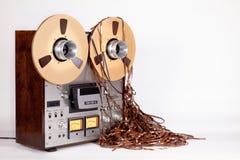 有杂乱磁带的类似物开放卷轴磁带机记录器 免版税库存照片