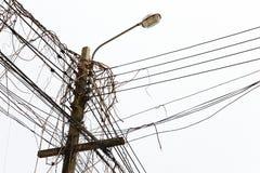 有杂乱缆绳和干燥藤的街灯 库存图片