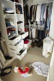有杂乱衣橱的不整洁少年卧室 免版税库存图片