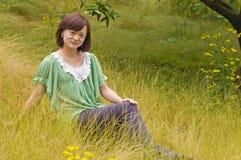 有杂草的一个沉思女孩 免版税图库摄影