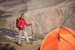 有杆的背包徒步旅行者在手中 图库摄影