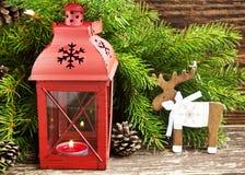 有杉树分支和驯鹿的木12月圣诞节灯笼 库存照片