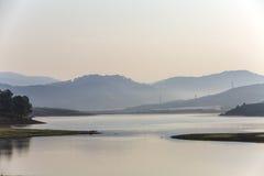 有杉树的Suoi Vang湖早晨 库存照片