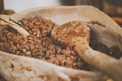 有杏仁坚果的木匙子-自然食物 库存照片