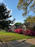 有杜娟花的郊区房子 免版税库存照片