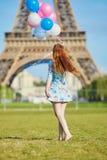 有束的女孩在埃佛尔铁塔前面的气球在巴黎 免版税图库摄影