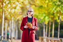 有束的少妇五颜六色的秋叶 图库摄影