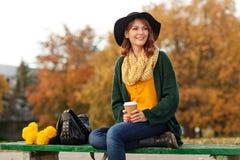 有束的少妇黄色花 免版税图库摄影