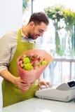 有束的微笑的卖花人人在花店 图库摄影