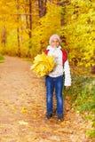 有束的逗人喜爱的非洲女孩槭树离开 库存图片