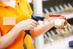 有条形码扫描器的手在商店 免版税图库摄影