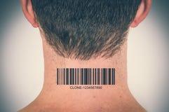 有条形码的在他的脖子-基因克隆概念人 免版税库存照片