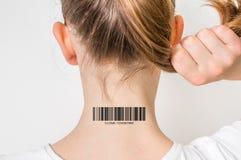 有条形码的在她的脖子-基因克隆概念妇女 库存照片