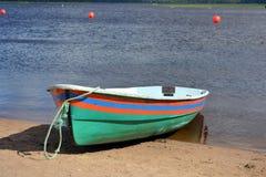 有条纹的小船在岸 免版税库存照片