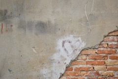 有条纹的老砖墙 库存图片