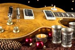 有杯子和蜡烛的电吉他 库存照片