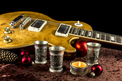 有杯子和蜡烛的电吉他 免版税库存照片