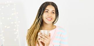 有杯子和非洲发型微笑的美丽的非裔美国人的女孩 库存图片