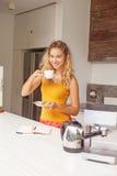 有杯子的俏丽的妇女cofee 免版税库存照片